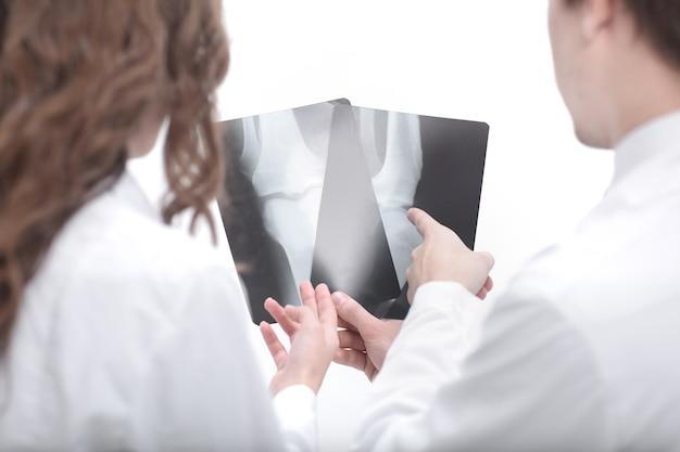 Les médecins sont des diagnosticiens discutant des rayons x du patient