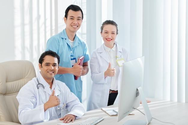 Médecins souriants heureux