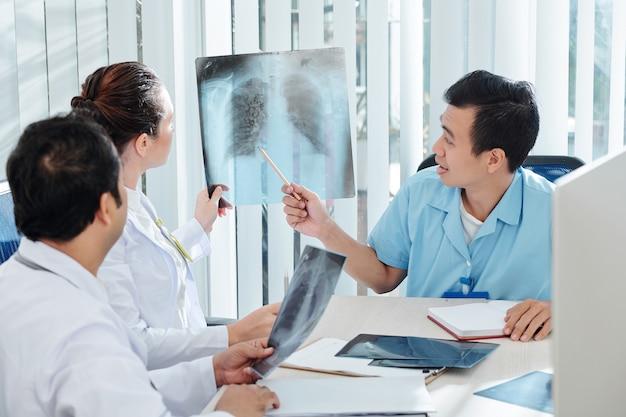 Médecins spécialistes discutant de la radiographie