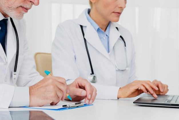Médecins travaillant au bureau