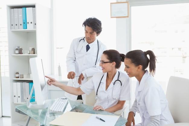 Médecins travaillant dur examinant des notes