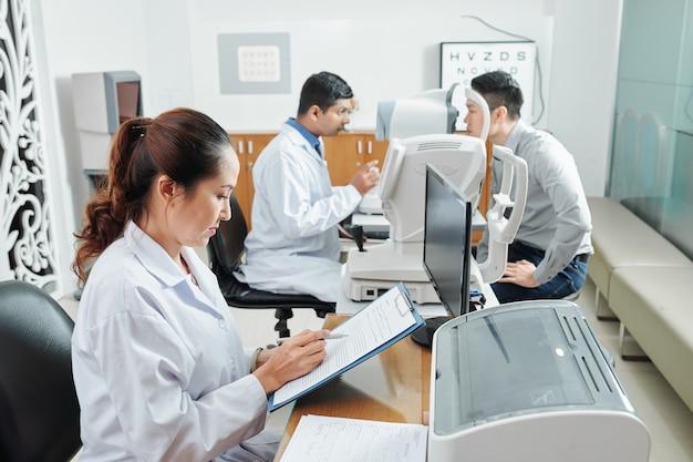 Médecins travaillant à l'hôpital