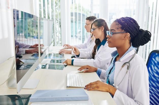 Médecins travaillant sur des ordinateurs