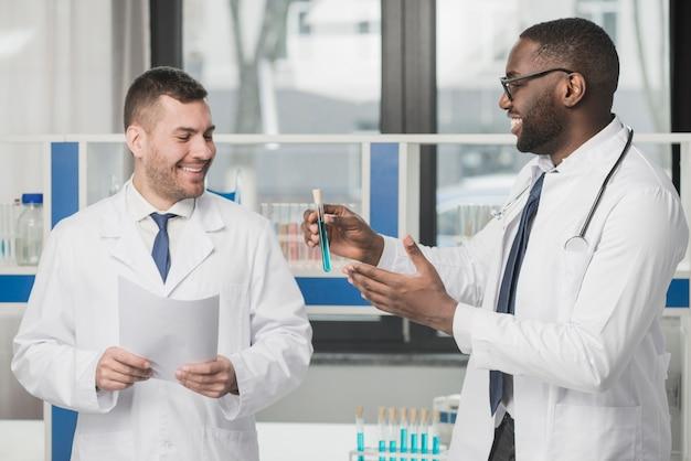 Médecins avec tube à essai