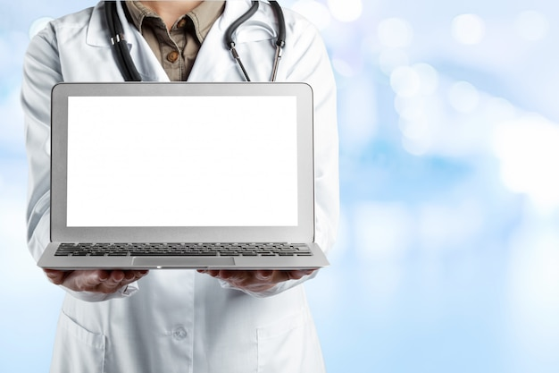 Médecins utilisant un ordinateur portable au travail