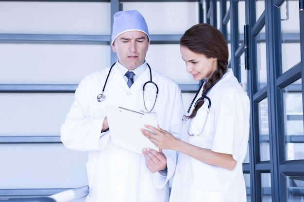 Médecins vérifiant un rapport médical à l'hôpital