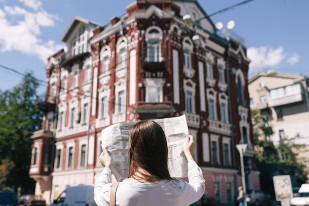 Médias d'information. concept de mode de vie urbain d'actualités commerciales quotidiennes