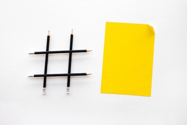 Médias sociaux et concepts créatifs avec signe hashtag en crayon