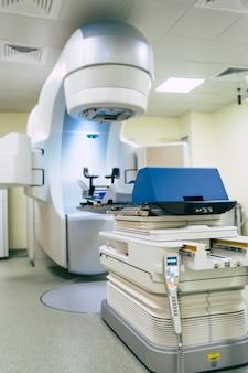 Médical un accélérateur linéaire avancé dans la thérapie du cancer oncologie thérapeutique dans le laboratoire de l'hôpital moderne