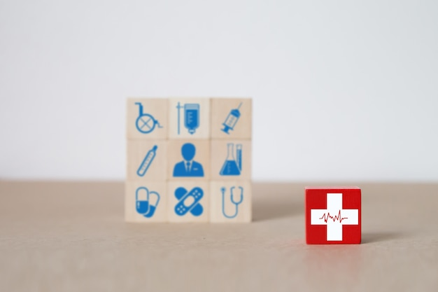 Médical et santé sur bloc de jouets en bois.