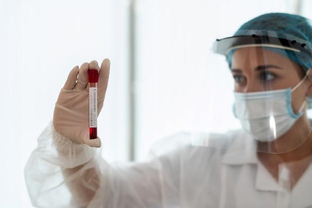 Medical worker holding tube à essai contenant un échantillon de sang