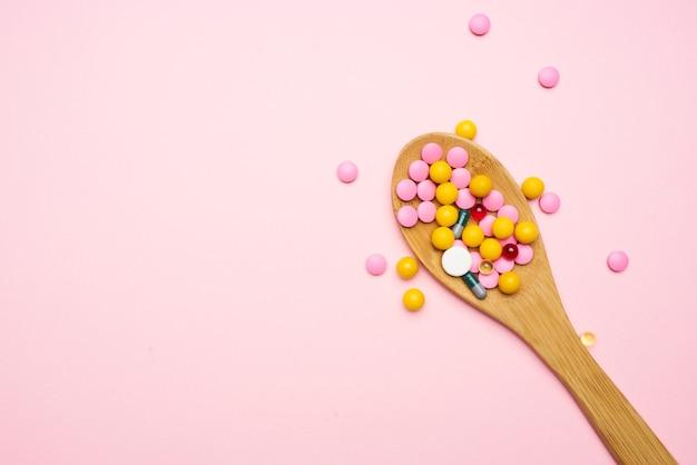 Médicament coloré anti-douleur de fond rose de poux de médecine