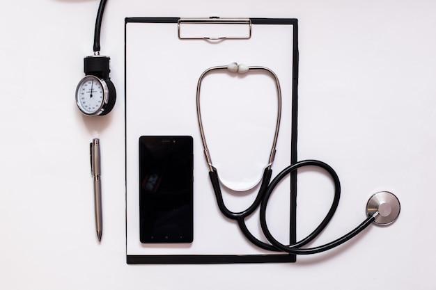 Médicament de l'équipe d'examen blanc malade hospitalisé