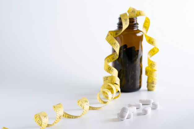 Médicament perdre du poids concept régime alimentaire mince manger des pilules santé et médecine pilule