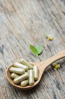 Médicament en poudre à base de plantes avec des herbes