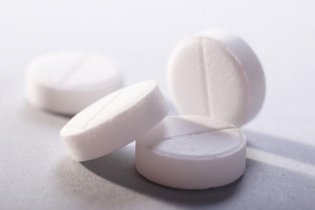 Médicaments blancs sur fond blanc