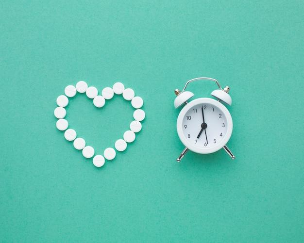 Médicaments blancs médicaux et horloge blanche