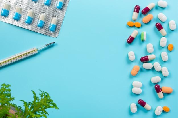 Des médicaments, des fournitures médicales placés sur un bleu.