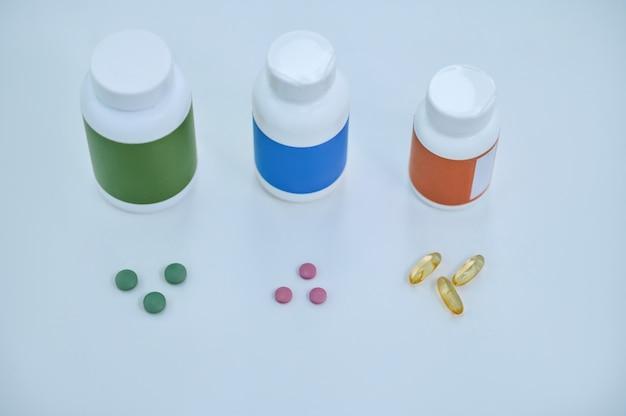 Médicaments pharmaceutiques et compléments alimentaires sur la table