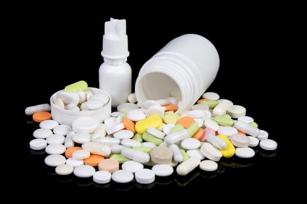 Médicaments et pilules de couleur sur tableau noir
