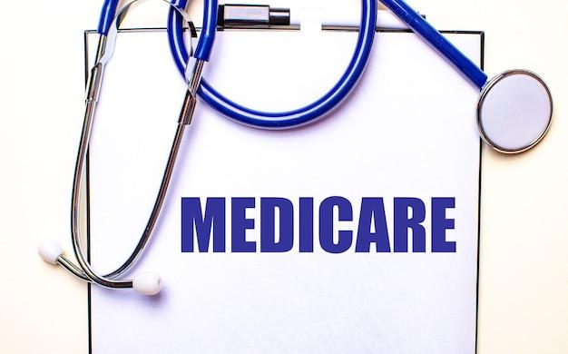 Medicare est écrit sur une feuille blanche près du stéthoscope. concept médical