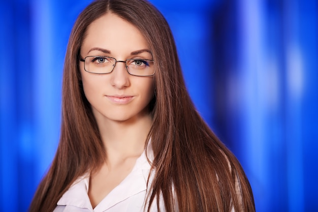 Medicine.closeup portrait d'une femme médecin souriant, confiant, professionnel de la santé avec blouse et stéthoscope.