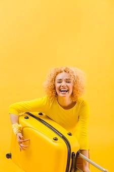 Medim tourné de femme blonde avec espace copie