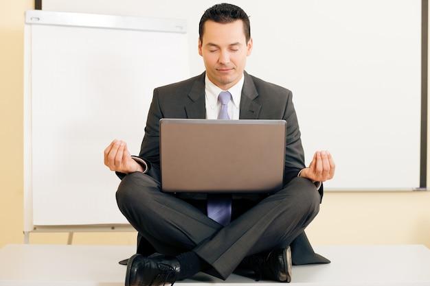 Méditation sur le bureau