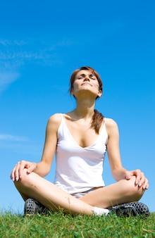 Méditation sur le pré au-dessus du ciel bleu