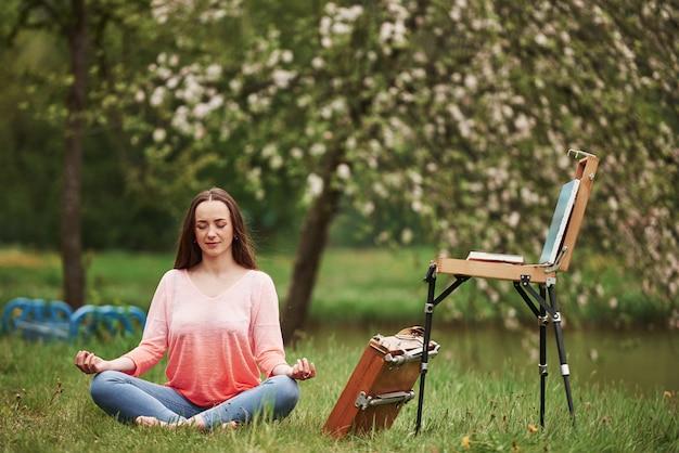 Méditation et recherche d'inspiration. jeune peintre se reposer à l'extérieur
