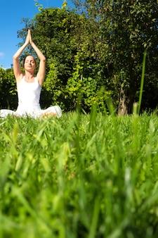 Méditer dans le parc