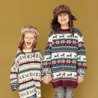 Medium shot enfants heureux posant à l'intérieur