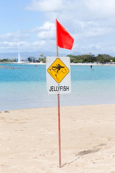 Méduse d'avertissement signe à la plage