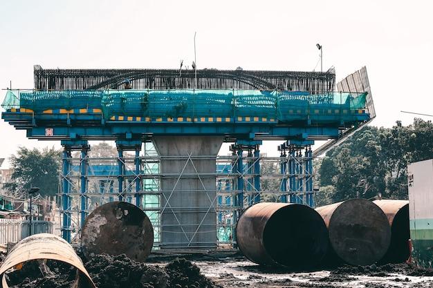 Mega construction de fondation de pont et de béton avec cadre en acier