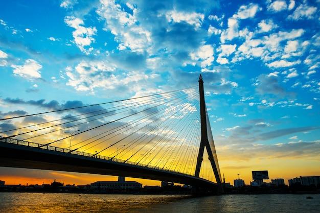 Méga pont à bangkok, en thaïlande (pont rama 8)