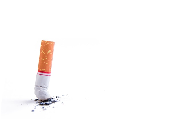 Mégot de cigarette avec cendres isolé sur blanc