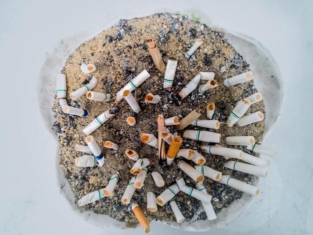 Mégots de cigarettes dans le cendrier
