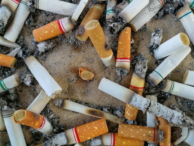 Mégots de cigarettes, fumé dans le cendrier est mauvais pour la santé