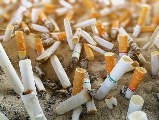 Les mégots de cigarettes, fumé dans le cendrier sont mauvais pour la santé