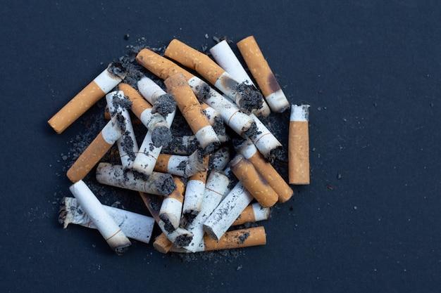 Mégots de cigarettes sur noir