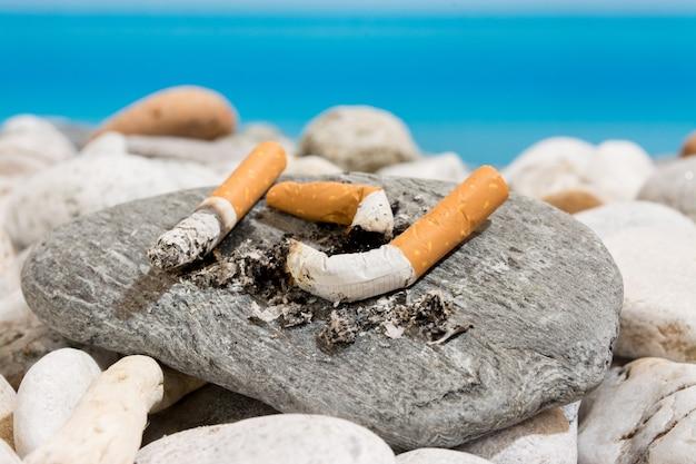 Mégots de cigarettes sur la plage