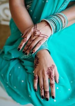 Mehndi sur les mains de la femme indienne
