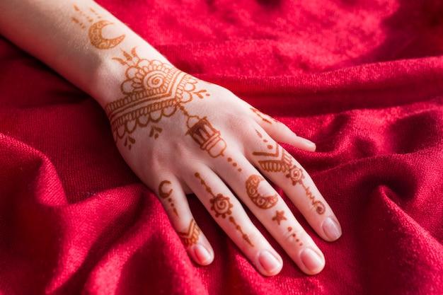 Mehndi merveilleux peint sur main de dame