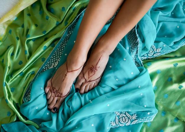 Mehndi sur les pieds d'une femme indienne