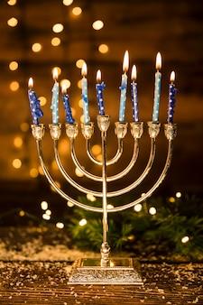 Mehorah avec des bougies enflammées