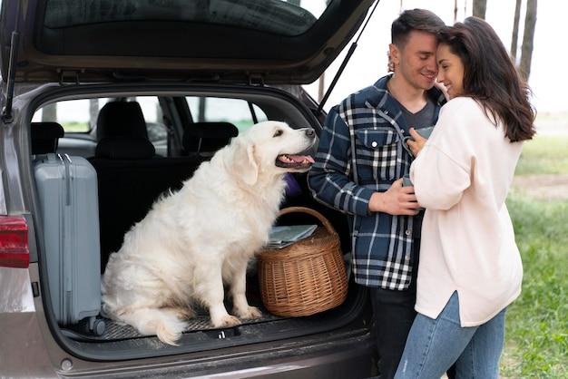 Meidum shot couple avec chien mignon