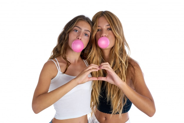 Meilleures amies adolescentes avec bubble-gum