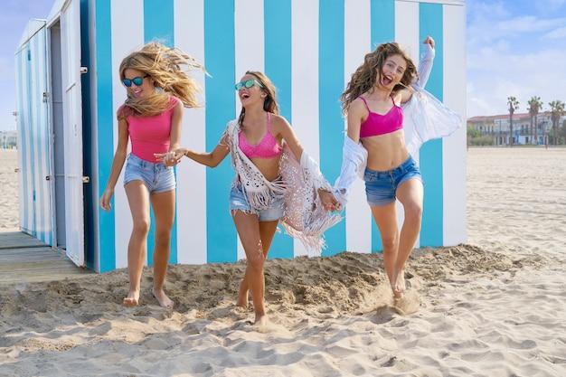 Meilleures amies adolescentes courir heureux sur la plage