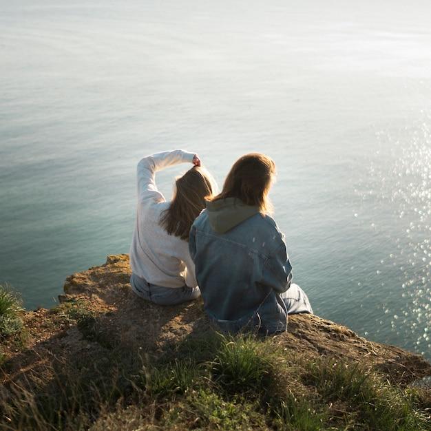 Meilleures amies et océan