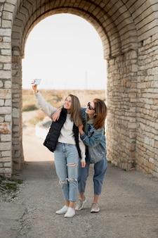 Meilleures amies prenant un selfie
